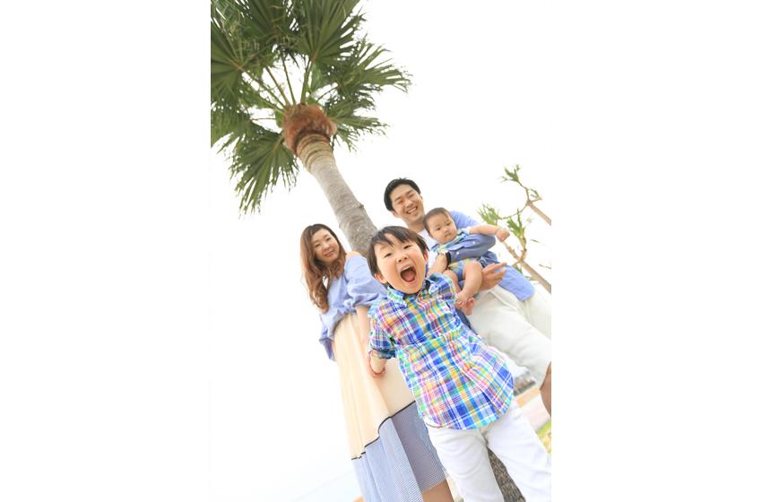 家族4人_ヤシの木