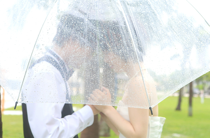 傘に隠れてる