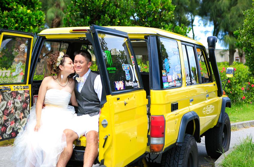 EW_黄色の車と新郎新婦