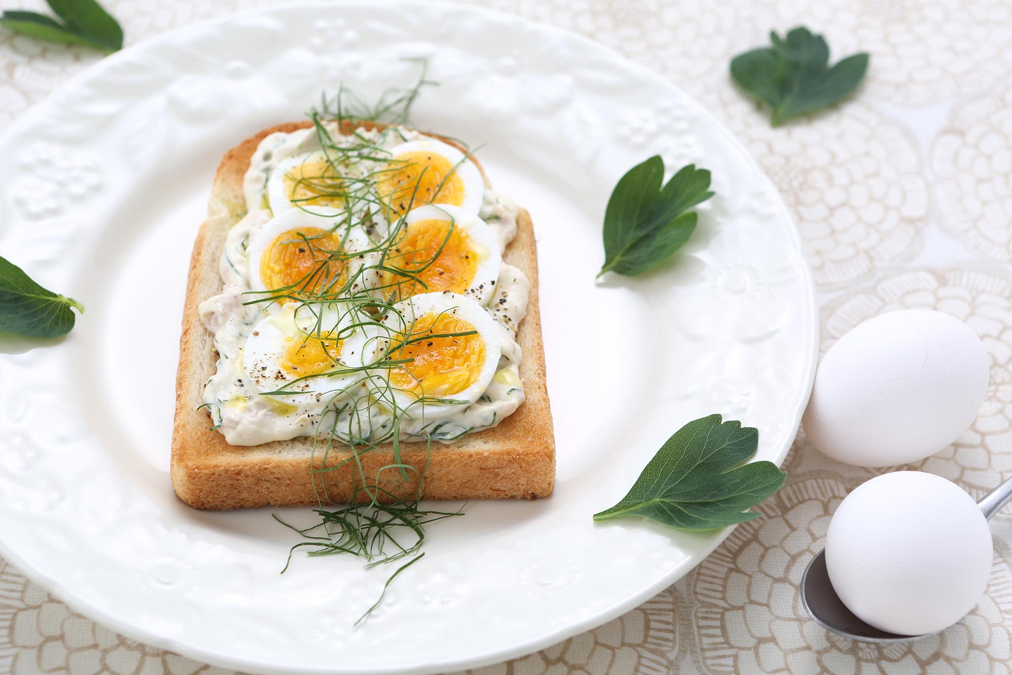 目玉焼きのっけ食パン